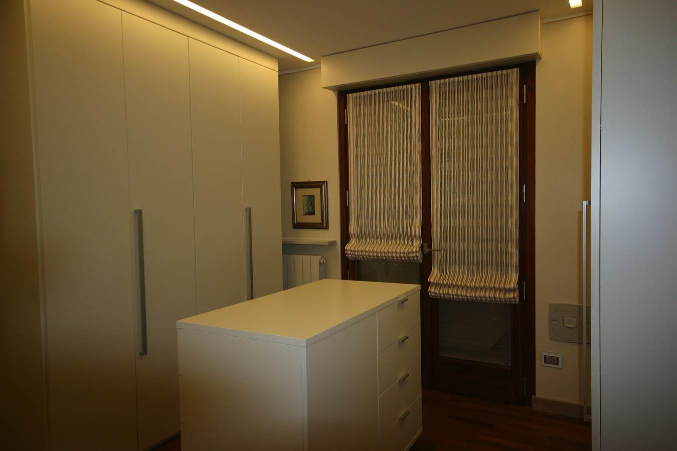 Tende per interni tende classiche tende tecniche tende for Tende a pacchetto a vetro